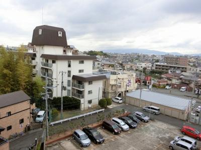 【現地写真】 周りには高い建物はございません♪陽当たりのいいお部屋です♪