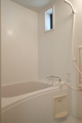 小窓付きで換気も可能なバスルーム♪!