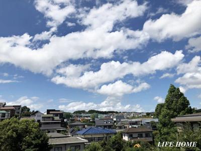 まるで北海道の森林を望むようなお庭からの眺望。誰からも見られないプライベート空間。窓を開放して季節を感じて下さい。