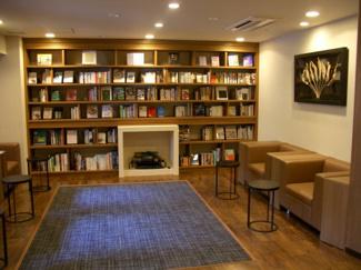 落ち着いた空間で読書が楽しめるブックサロン (ザ・シーズンズグランアルト越谷レイクタウン)