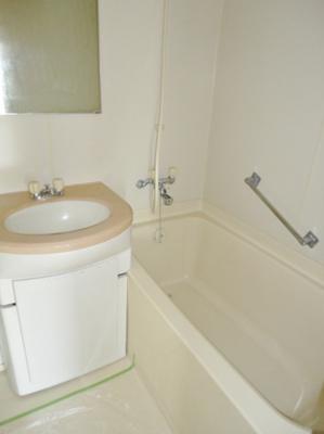 バス・トイレ・洗面が一緒です。鏡付。