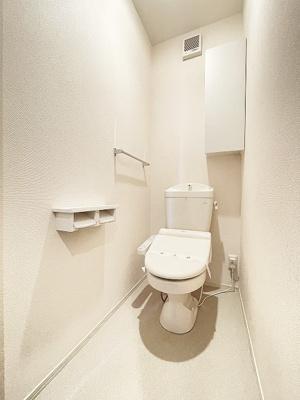 人気のシャワートイレ・バストイレ別です♪トイレが独立していると使いやすいですよね☆小物を置ける便利な棚やタオルハンガーも付いています♪