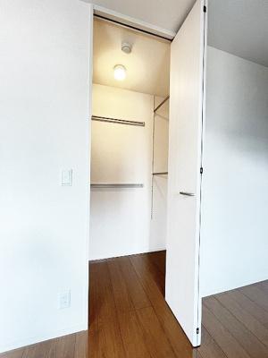 洋室5.2帖のお部屋にあるワンステップクローゼットです!収納したい物のサイズに合わせて棚板などを自由に動かせます☆
