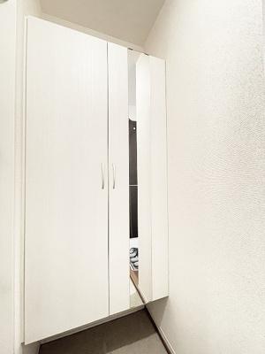 シューズボックス付きで玄関すっきり片付きます!扉には全身ミラー付きでお出かけの時の身だしなみ確認もばっちり!
