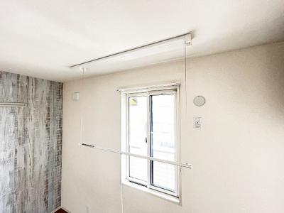 洋室5.2帖にある室内物干しです!雨の日やお出掛け時の室内干しにとても便利☆花粉や梅雨の時期に重宝しますね♪