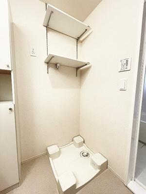 洗面所にある室内洗濯機置き場です♪防水パンが付いているので万が一の漏水にも安心です!上部と横には便利な収納棚付き♪