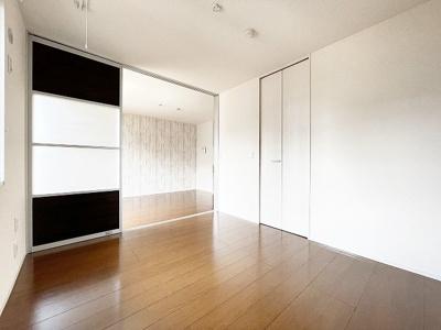ワンステップクローゼットのある西向き洋室5.2帖のお部屋です!お洋服の多い方もお部屋が片付いて快適に過ごせますね♪