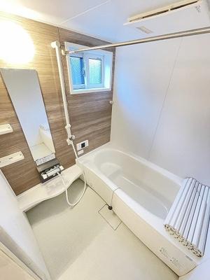 追い焚き機能・浴室暖房乾燥機付きバスルーム♪小窓があるので湿気がこもりにくくて良いですね☆広めの浴槽で一日の疲れもすっきりリフレッシュ!