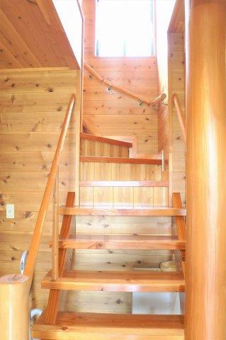 天然木感満載のリビング階段です