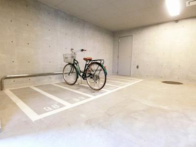 屋内駐輪場で雨が降った時もお買い物の荷物が濡れずにすみます!大切な自転車も汚れませんね♪