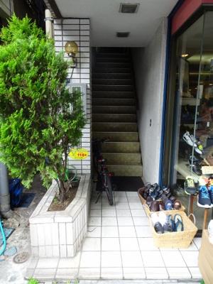 小熊ビル 1F共用階段