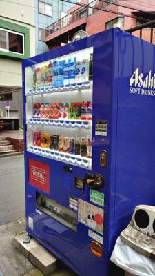 恵比寿大倉ビル:自動販売機があるのでのどが乾いたらすぐに購入できます。