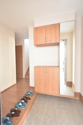 広い玄関ホールに収納力たっぷりのミラー付き玄関収納も便利♪