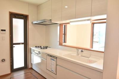 LIXILのシステムキッチンは食器洗浄乾燥機付、人造大理石シンク、浄水器付シャワー水栓など嬉しい設備と収納が満載♪