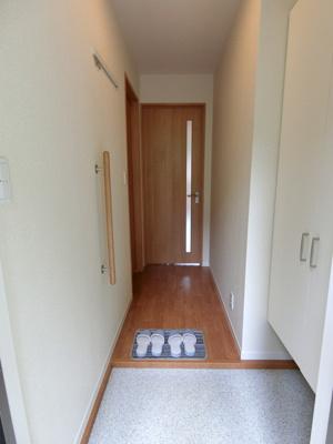 玄関から室内への景観です!左手に洗面所、正面にリビングダイニングキッチンがあります☆