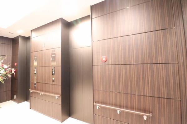【エレベーターホール】2基のエレベーターがスムーズにお部屋までご案内します!!