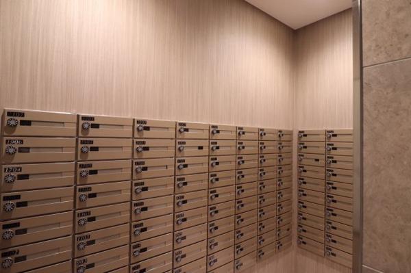 【メールコーナー】シンプルなデザインで使いやすい郵便受けです。