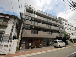 大濠公園と西新のちょうど真ん中あたり。心地のよい住宅地のマンションです 博多駅方面へのバス路線も便利