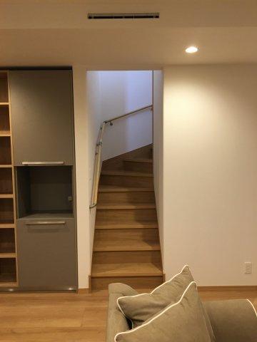 小屋裏収納への階段です。女性やお子様もラクにあがれますよ。