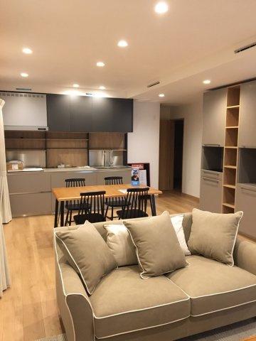 18帖のLDKは家具を置いてもゆったりとしていますね。魅せる空間を演出するイタリア製壁付けシステムキッチンです。リビングイン階段で家族の様子がいつも分かり、自然に会話が増えそうですね。