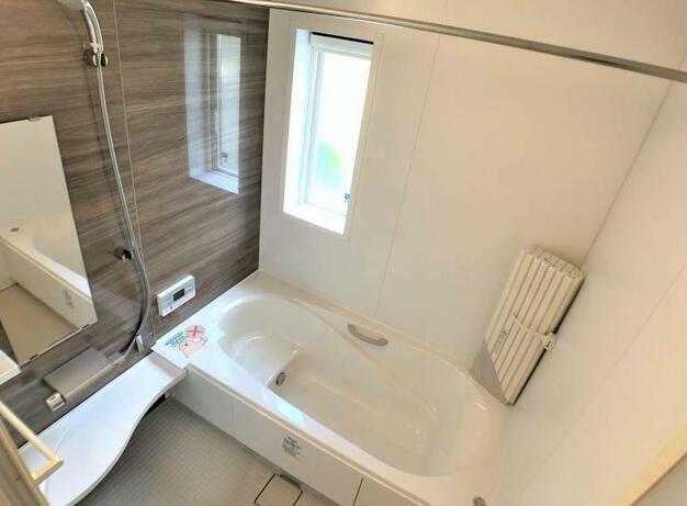 浴室乾燥暖房機のついたお風呂です。冬場のお風呂も安心、梅雨時期には衣類乾燥ができますよ。広いお風呂は家族一緒のバスタイムを楽しめますよ。