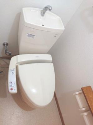 トイレは各階にございます。落ち着いた色のクロスとフローリングで清潔感のある空間に仕上げました。