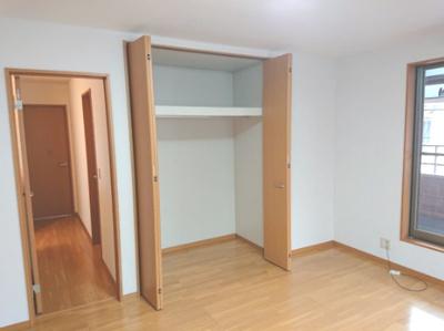 バルコニーから自然光が入り気持ちの良い主寝室。ゆっくり寛げて、1日の疲れを癒す素敵な空間になります。