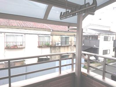 屋根付きのバルコニーは、急な雨の日でも洗濯物が濡れないので安心してお出かけできますね。