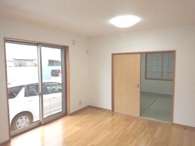 リビングと和室は隣接している為、和室の引き戸を開放し広々とした空間でお過ごし頂くもの良いですね♪