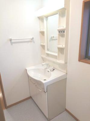 寝癖もサッと直せるシャワー付洗面化粧台です。小窓を設け、湿気がたまりやすい洗面所でも換気ができます。