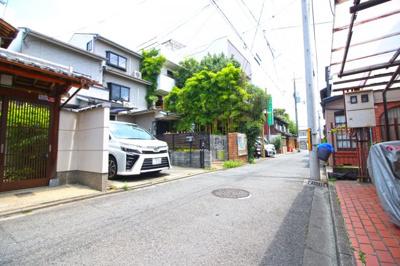 《京都市立西陣中央小学校》が約350mと通学面でも安心の距離。保育機関や病院も徒歩圏内にあり安心の暮らし