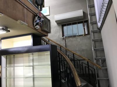店舗2階へ上がる階段