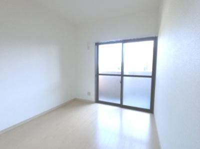 約4.5帖の洋室です。 子供部屋にはいかがでしょうか。