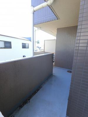 バルコニースペースです。 南西向きの為陽当たり良好、晴れた日には洗濯物もすぐに乾きそうですね。