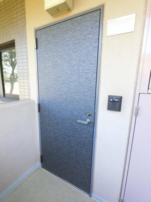 外側からの玄関扉です。