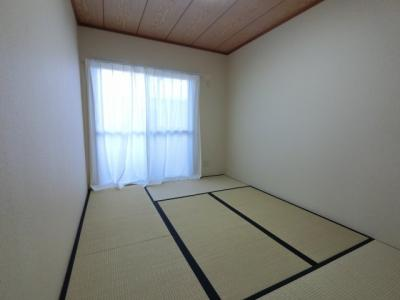 約6.0帖の和室です。 広々とした押入れスペースもあります。