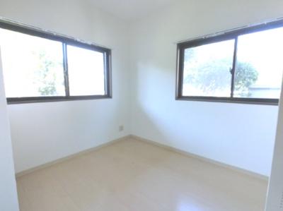約5.0帖の洋室です。 寝室にはいかがでしょうか。