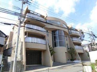 高丸の目抜き通りにある豪華なマンションです