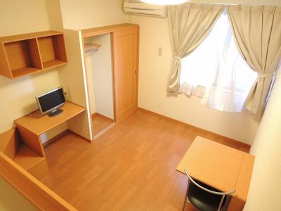 カーテン、テーブル・椅子が付くお部屋です。