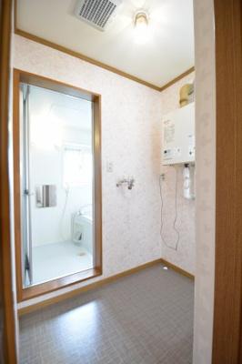 スペースが確保できる洗面所です。洗濯機置き場。灯油ボイラー。