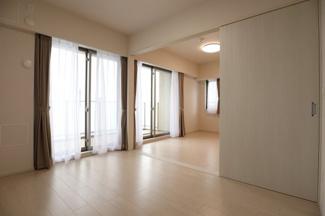 約5.5帖の洋室を別角度から撮影。リビング・ダイニングとの間は扉で仕切ることができます。2019年8月23日15:30頃撮影。
