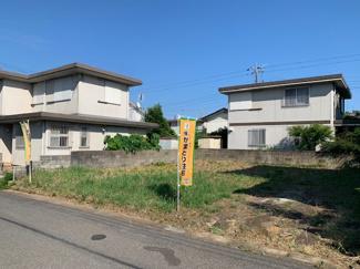 南側の建物とも距離が離れて家を建てることができますので、陽当たり、通風良好な土地です。