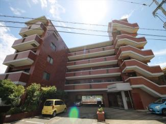 静かな住宅地のレンガタイル貼りのマンション。お部屋は2階です 東花畑小 徒歩8分、エフコープ花畑店 徒歩7分で生活に便利