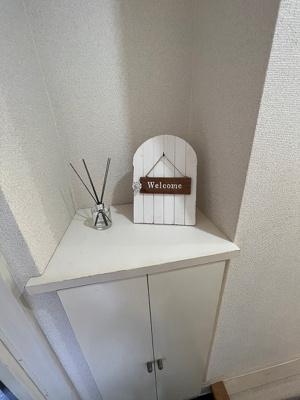 玄関から室内への景観です!左手にバスルームと室内洗濯機置場、廊下の奥に洋室5.3帖のお部屋があります!
