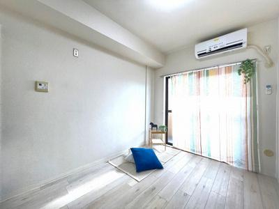 バルコニーに繋がる西向き洋室5.3帖のお部屋です!エアコン付きで1年中快適に過ごせますね☆クローゼット付きでお部屋がすっきり片付きます♪