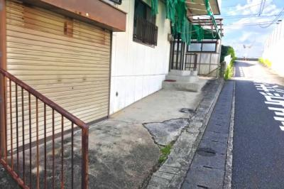 駐車可能スペースは3台分あります。シャッター付の倉庫は車庫としても利用できます。