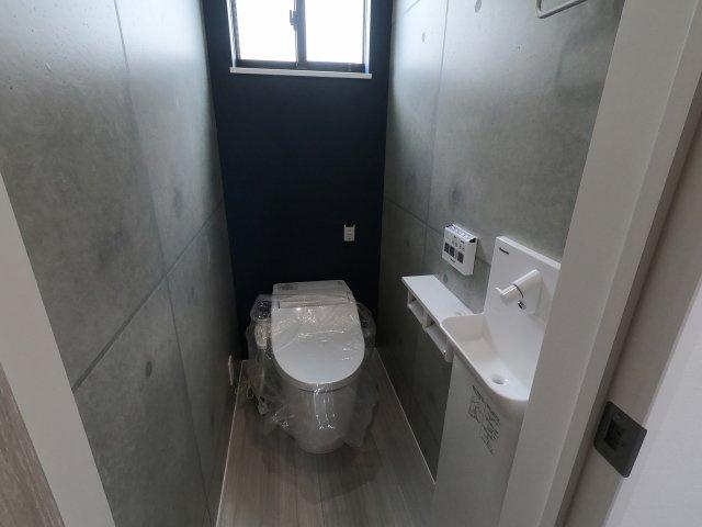 【施工例】実際に建築したお家のトイレになります。 奥まで手が届きやすいと掃除も楽ちんですね♪ 壁付リモコンも嬉しいポイント♪