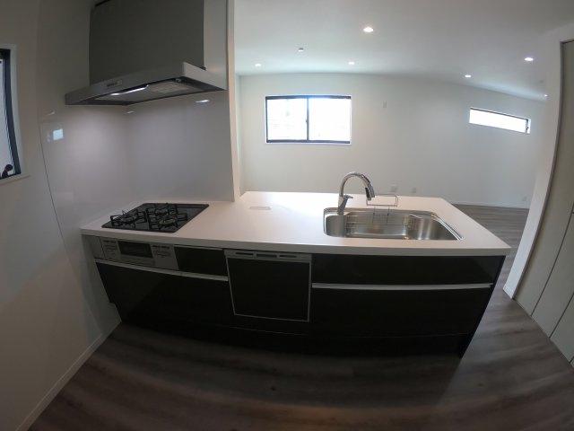 【施工例】実際に建築したお家のキッチンになります。 料理スペースが広いと毎日お料理する主婦(夫)さんは嬉しいポイントですね♪