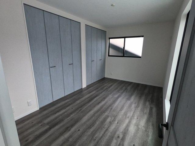【施工例】実際に建築したお家のリビングになります。 大人な落ち着いた色合いのデザインでカッコいいですね♪
