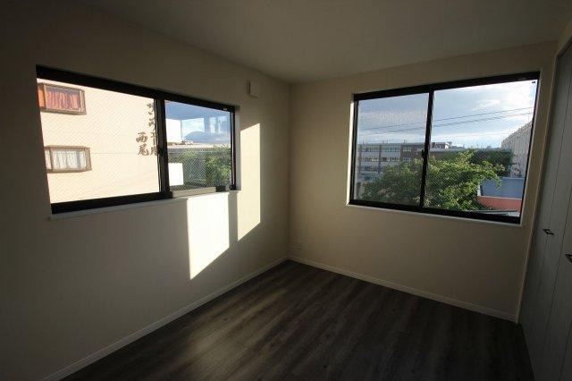 【施工例】実際に建築したお家の洋室になります。 2面に窓があると風が通り抜けて気持ちいい風が入ってきますね♪